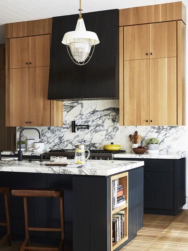 стальная вытяжка на кухне