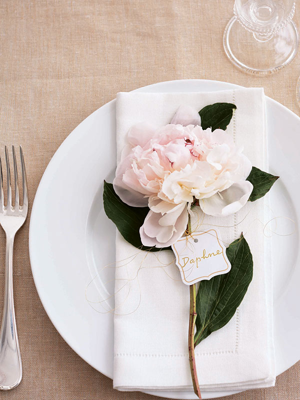 живые цветы в оформлении стола