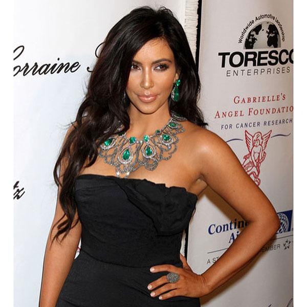 Ким Кардашьян в украшениях с изумрудом